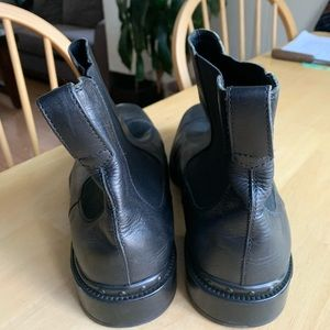 Tod's Shoes - Tods black leather Chelsea boots.
